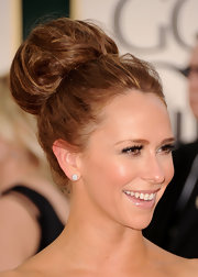 Jennifer Love Hewitt was all smiles on the red carpet. The actress sported a textured bun full of volume and dimension.