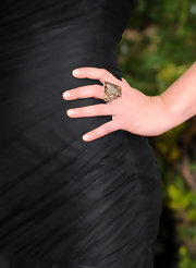 At the 2011 Golden Globe Awards Julia Stiles wore a Highlights ring in 18-karat noble gold in smoky quartz and diamonds.