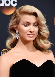 Tori Kelly showed off vintage-glam curls at the Emmy Awards.