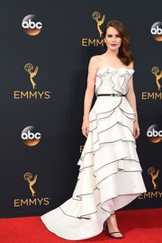 Michelle Dockery went the ultra-feminine route with this strapless white ruffle gown by Oscar de la Renta for her Emmys red carpet look.