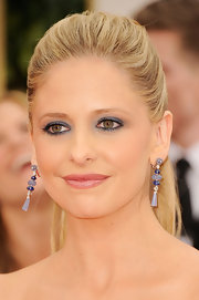 Sarah Michelle Gellar wore a vivid blue eyeshadow at the 69th Annual Golden Globe Awards.
