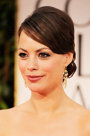 Berenice Bejo wore a pair of chandelier earrings featuring 21 carats of yellow diamond briolettes and 12 carats of square-cut yellow diamonds set in yellow and white gold at the 6th Annual Golden Globe Awards.
