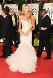 Elle MacPherson channeled an elegant swan in this strapless tulle-adorned gown at the Golden Globes.