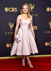 Elisabeth Moss matched her dress with pink satin pumps by Olgana Paris.