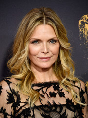 Michelle Pfeiffer sported boho-glam waves at the 2017 Emmys.