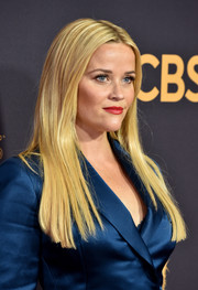 Reese Witherspoon looked simply elegant with her straight, center-parted hairstyle at the 2017 Emmys.