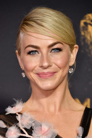Julianne Hough added some elegant sparkle with a pair of diamond drop earrings.