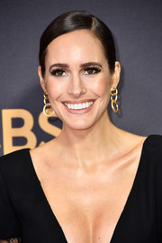 Louise Roe kept it simple yet elegant with this sleek side-parted ponytail at the 2017 Emmys.