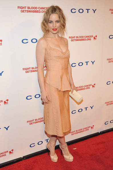 Melissa George looked smoldering at the DKMS Gala in this nude peplum dress.