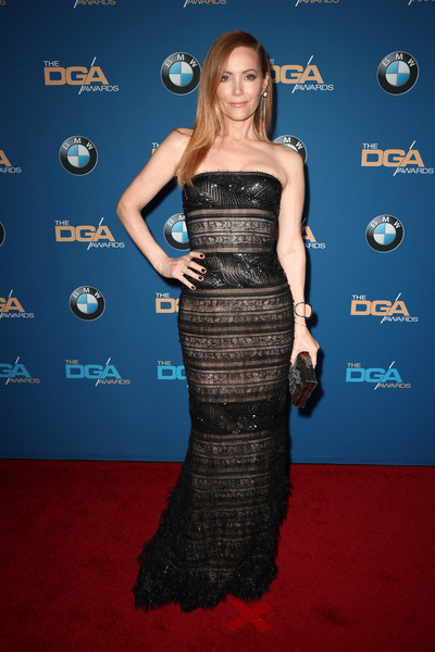 Leslie Mann polished off her look with an embellished gold clutch.