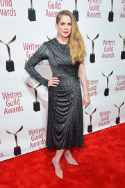 Anna Chlumsky chose a one-sleeve knit-print dress by Christian Siriano for her Writers Guild Awards red carpet look.