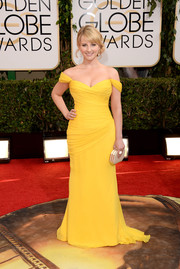 Melissa Rauch was a ray of sunshine in her bright yellow Romona Keveza off-the-shoulder gown during the Golden Globes.