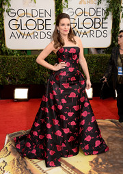 Tina Fey hit the Golden Globes red carpet wearing a strapless Carolina Herrera print dress.