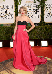 Taylor Swift was equal parts sweet and glamorous in a pink and black strapless gown by Carolina Herrera during the Golden Globes.