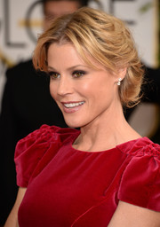 Julie Bowen charmed with this center-parted bobby-pinned updo at the Golden Globes.