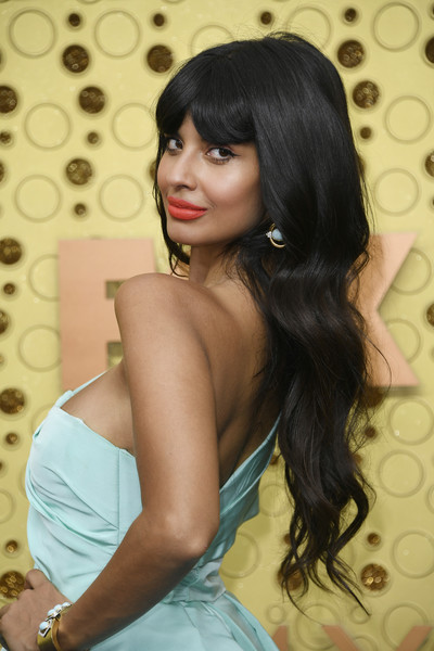 Jameela Jamil sported long waves with parted bangs at the 2019 Emmys.