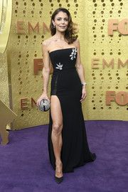 Bethenny Frankel complemented her dress with a silver orb clutch.