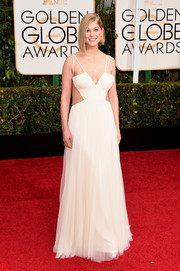 Rosamund Pike took a daring turn on the Golden Globes red carpet in a cleavage-baring white cutout gown by Vera Wang.