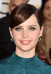 Felicity Jones' classic bun with side-swept bangs at the Golden Globes was oh-so-elegant in its simplicity.