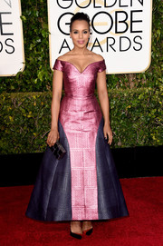 Kerry Washington looked quite the princess in a Mary Katrantzou off-the-shoulder gown featuring a striking pink and navy color combo during the Golden Globes.