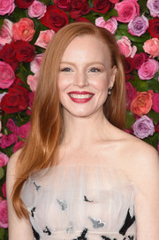 Lauren Ambrose wore her long hair down in a simple side-parted style at the 2018 Tony Awards.