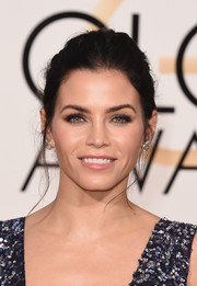 Jenna Dean-Tatum played off the color of her dress with dark purple eyeshadow at the 2016 Golden Globes.