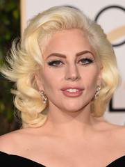 Lady Gaga played up her old Hollywood look with cat eyes and feathery false lashes at the 2016 Golden Globes.