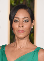Jada Pinkett Smith wore her short hair in a simple side-parted style during the Golden Globes.