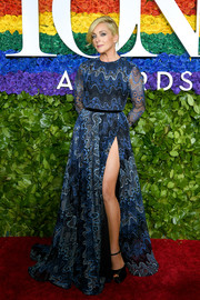 Jane Krakowski flashed some leg in an embroidered SemSem gown with a hip-high slit at the 2019 Tony Awards.