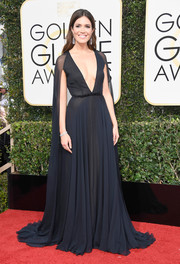 Mandy Moore worked a daring neckline in this midnight-blue Naeem Khan gown at the Golden Globes.