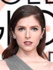 Anna Kendrick oozed feminine elegance wearing this gently wavy 'do at the Golden Globes.
