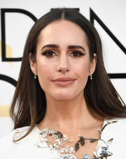 Louise Roe kept it simple and classic with this loose center-parted hairstyle at the Golden Globes.