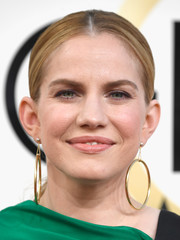 Anna Chlumsky kept it low-key with this center-parted ponytail at the Golden Globes.