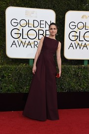 Amanda Peet kept it minimal in a sleeveless burgundy gown by Bottega Veneta at the Golden Globes.