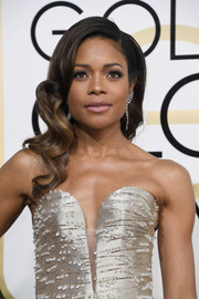 Naomie Harris was the picture of Old Hollywood glamour with her perfect wavy hairstyle!