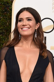 Mandy Moore was classic and lovely wearing this center-parted wavy hairstyle at the Golden Globes.