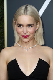Emilia Clarke sported a neat center-parted hairstyle at the 2018 Golden Globes.