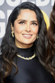 Salma Hayek framed her pretty face with a long wavy hairstyle for the 2018 Golden Globes.