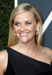 Reese Witherspoon went for a minimally elegant hairstyle when she attended the 2018 Golden Globes.