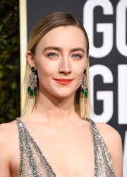 Saoirse Ronan flaunted a pair of emerald and diamond chandelier earrings by Chopard at the 2019 Golden Globes.