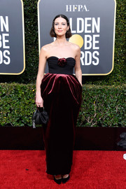Caitriona Balfe cut a shapely silhouette in a strapless Moschino gown with exaggerated hips at the 2019 Golden Globes.