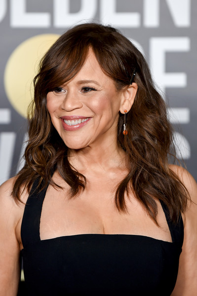 Rosie Perez sported beachy waves with side-swept bangs at the 2021 Golden Globe Awards.