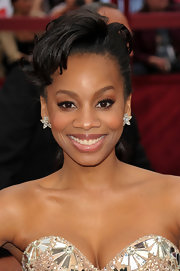 Actress Anika Noni Rose lit up the red carpet in her sparkling strapless dress, which she topped off with a fantastic up-do and a pair of star diamond earrings.