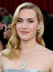 Kate looked stunning in her one of a kind white and yellow diamond lariat necklace.