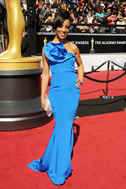 Shaun Robinson looked picture perfect at the Academy Awards, complementing her stunning blue gown with a silver satin clutch.