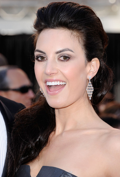 Elizabeth Chambers opted for tiered diamond drop earrings at the 2011 Academy Awards.