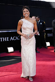 Robin Roberts looked glamorous in her iridescent pink one-shoulder dress at the Academy Awards.