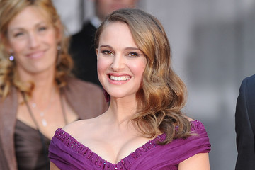 Natalie Portman Dazzles with Soft Curls at the Oscars