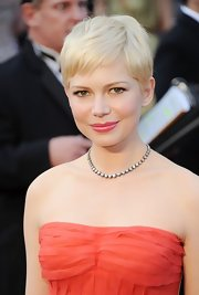 Michelle Williams attended the 2012 Academy Awards wearing a diamond line necklace.