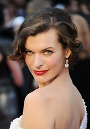 Milla Jovovich attended the 84th Annual Academy Awards wearing a pair of diamond drop earrings in platinum.